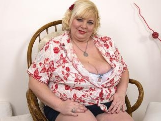 Older blonde woman Tahnee Taylor exposes her knockers before showing her pussy № 55738 бесплатно