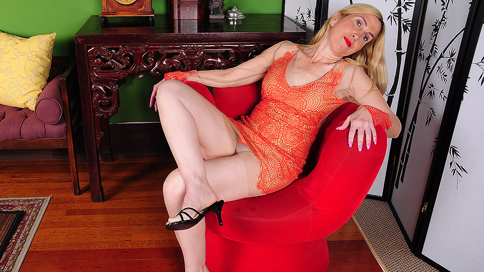 Glamour MILF Roxanne Hall takes off panties to expose her pink wet snatch № 340165 бесплатно