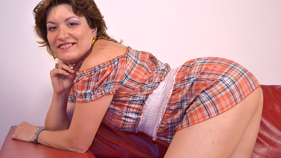 Lecherous top-heavy MILF with trimmed cooter riding a big dildo  548126