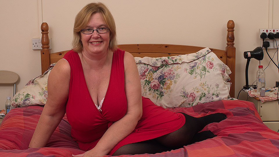 Bruneyye mature lady showed her lover her big tits and then gave him a killer blowjob on her knees.  617806