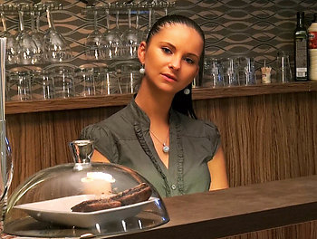 Barmaid Wants the Tip Scène 1