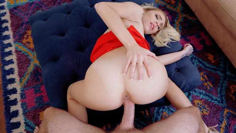 Perv Fingers Blonde Roommate Scène 1