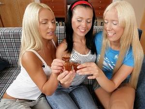 Girls get together Scène 1