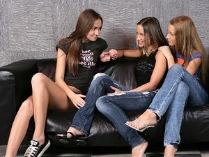 Lesbian threesome Scène 1