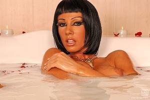 Cleopatra's milk bath Scène 1