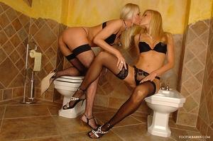 Toilet plays Scène 1