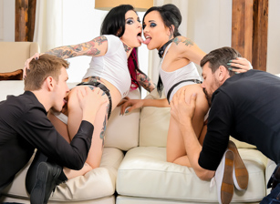 Double Anal FTW - Joanna Angel & Holly Hendrix Scena 1