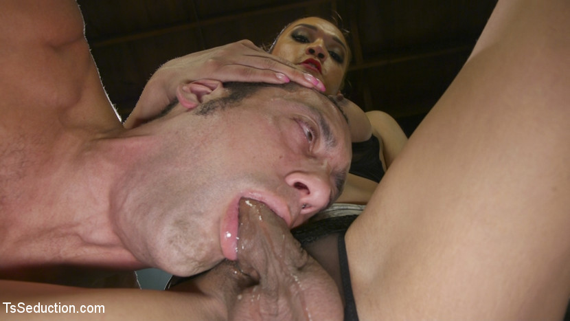 Jessica Fox Loves Sweaty Balls and Fucks Handyman DJ Scène 1