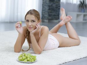 Grapes on her Tongue Scène 1
