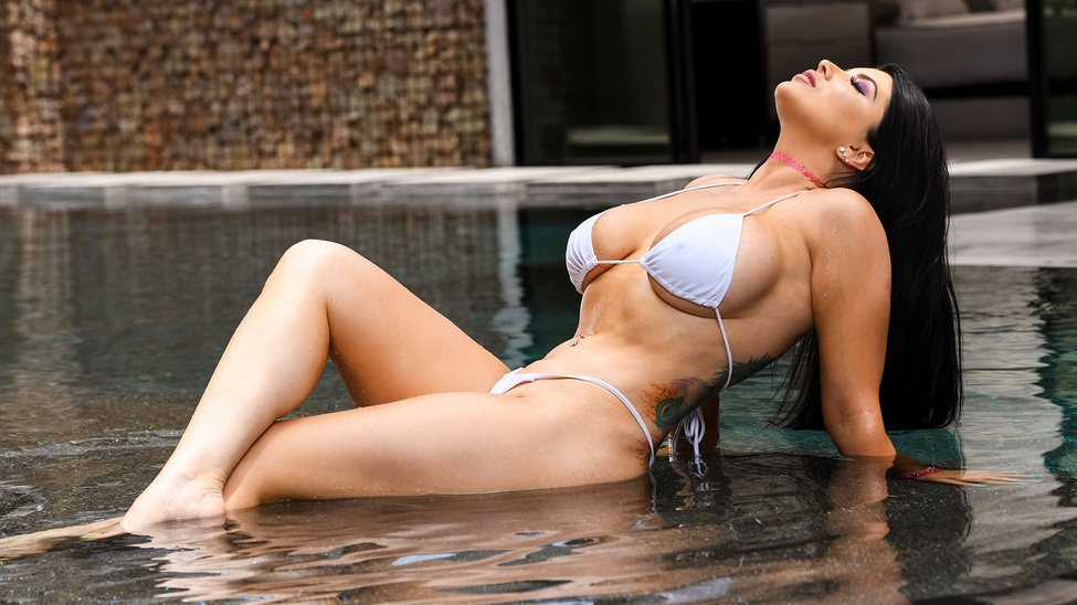 Pounded By The Pool Escena 1