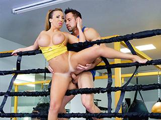 Busty Babe Goes Boxing Scène 1