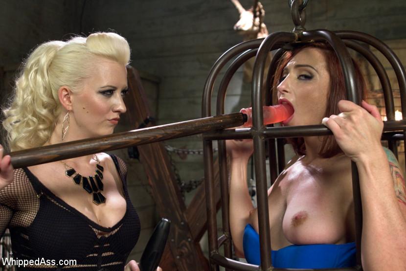 Caged Redhead Scène 1