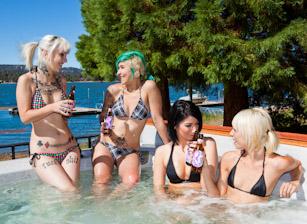Cabin Girls Orgy Scène 1