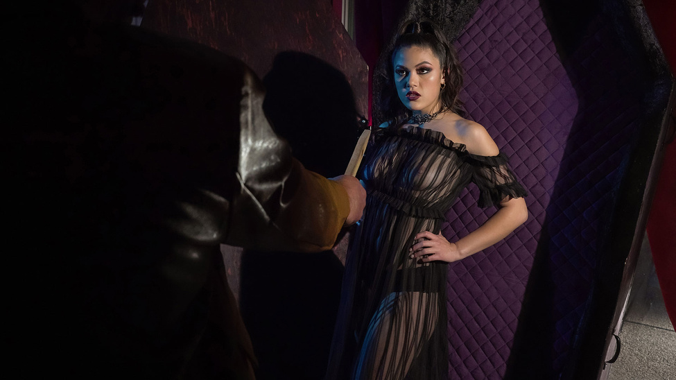 Creeping In Her Crypt Scène 1