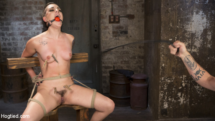 Slut Begs for Extreme Bondage and Grueling Torment to Make Her Cum Scène 1