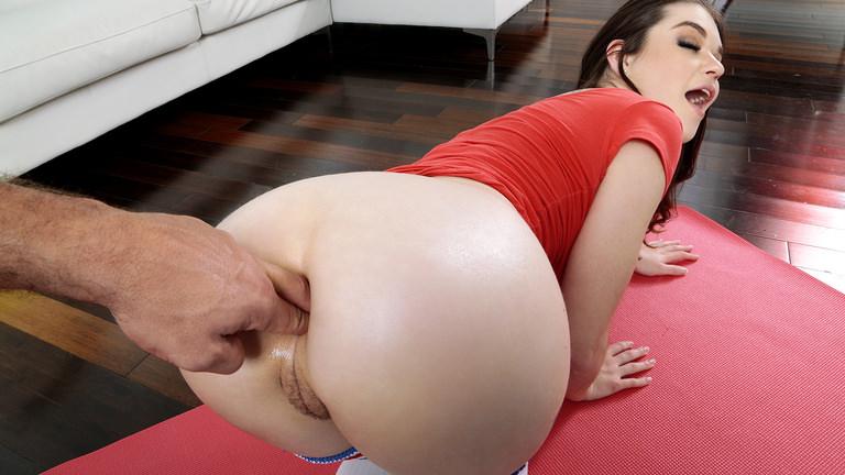 Anal Stretching After Yoga Scène 1