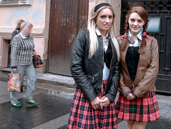Schoolgirl Threesome Scène 1
