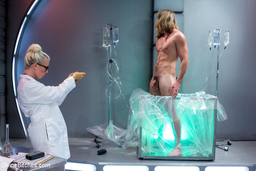 Weird Science Femdom Scène 1