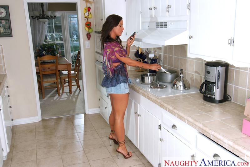 Housewife 1 on 1 - Lola Martin &