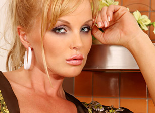 Silvia Saint Solo - Kitchen
