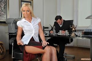 In the office Scène 1