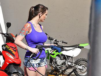 Biker Babe Boobnanza Scène 1