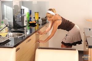 Housework?  Scène 1