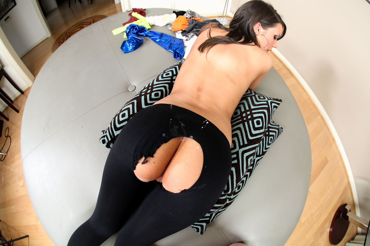 Секс девушки в низких брюках, тройное проникновение в анал до слез