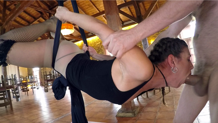 Hanging by an XL Cock Scène 1