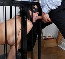 Caged Slut Fucked Scène 1