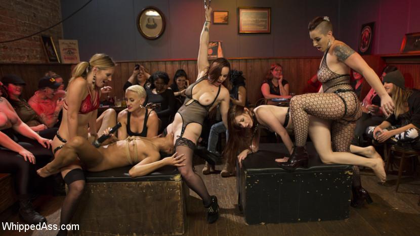 Dyke Bar LIVE!!! Scène 1