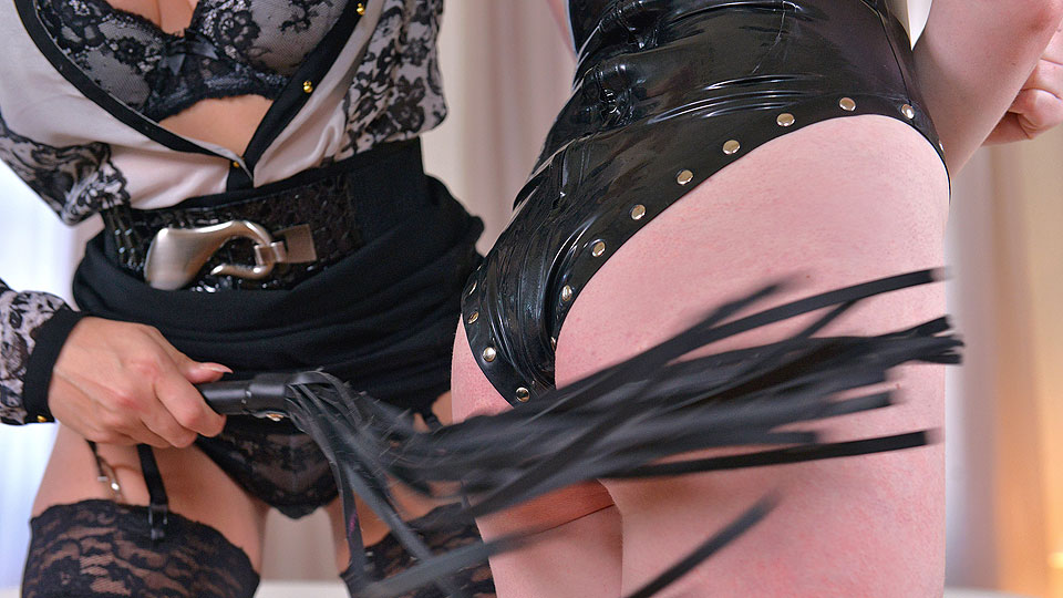 Dominatrix Gives Submissive Lots