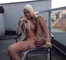 Rubbing Her Wet Pussy Scène 2