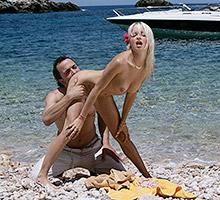 Blonde On The Beach Scène 2