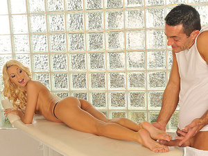 Surprising Foot Massage Scène 1