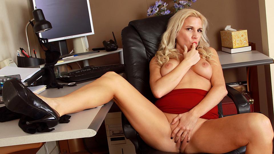 Mature Blonde Scène 1