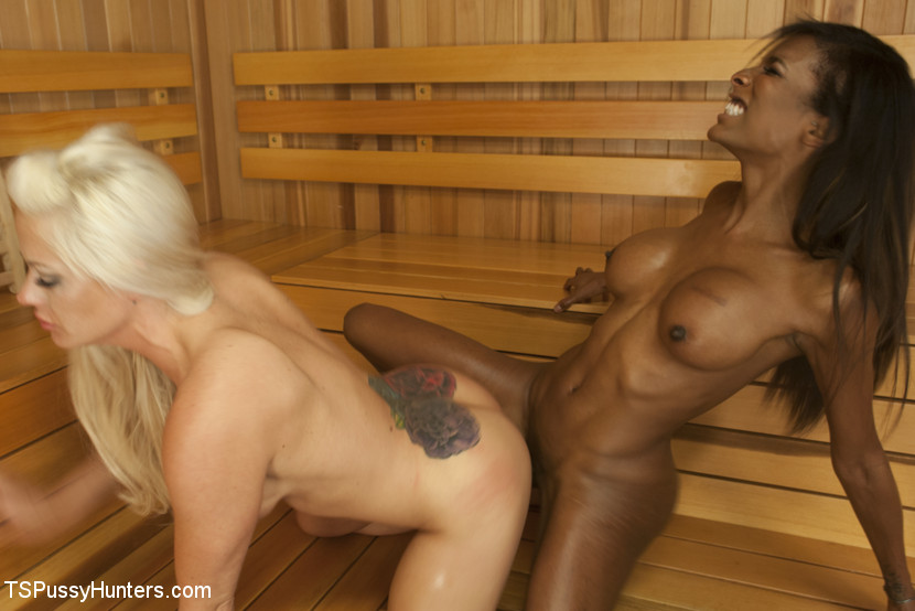 Sauna Stranger Surprise Scène 1