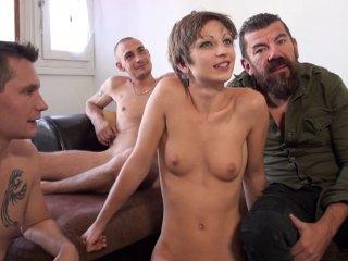 Il offre sa femme à deux inconnus et la mate
