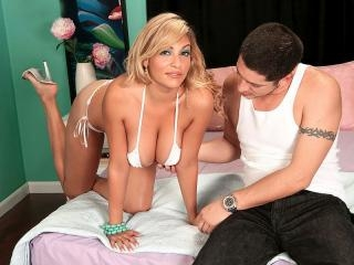 Kitana\'s big-boob lingerie shageroo