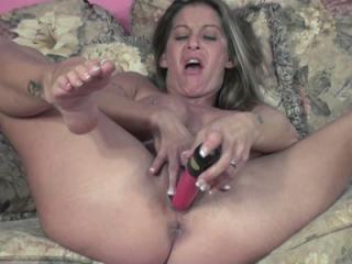 Petite housewife Leeanna Heart is using her dildo