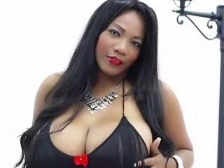 Curvy Latina ShakeBigAss Works it on Webcam