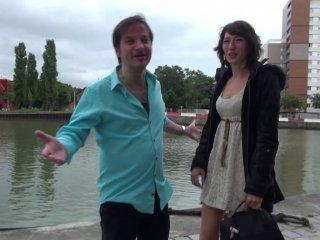 Gabriella aborde Fabien dans la rue et finit par u