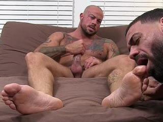 Sean Duran Gets Off On Ricky\'s Feet - Sean