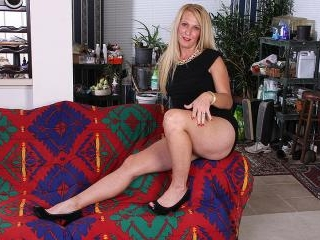 Blonde American housewife using her dildo to get w