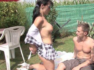 Porno reportage en extérieur avec un jeune couple