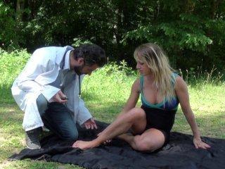 Blonde baisée dans un bois par son médecin de fami