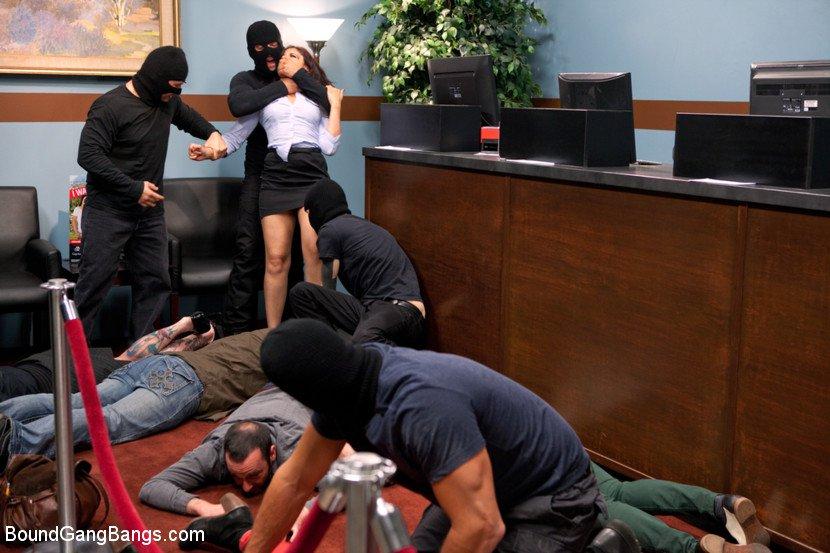 Секс видео во время грабежа