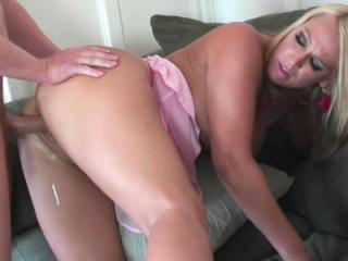 Blonde housewife Mellanie Monroe gets her wet puss
