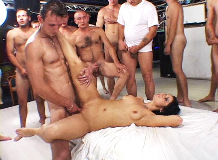 вагины одна девка на кучу парней зрелая секретарша