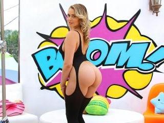 Watch Mia\'s Juicy Bubble Butt Get Split Wide Open